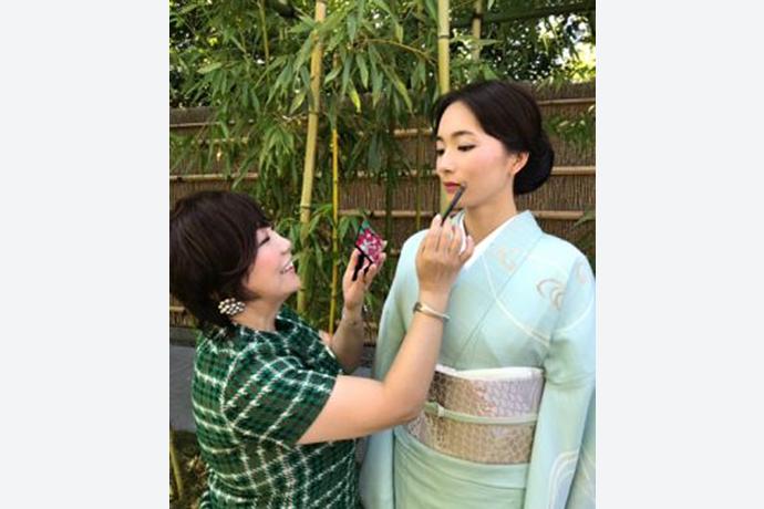 鎌田由美子が、美しいきもの主催「薄物で集う夏の京都」パーティでメイク実演